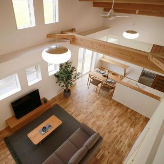 吹き抜けのある大空間で、暖かく快適に住まう家
