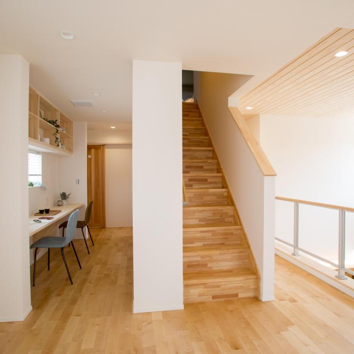 2階と吹き抜け 中央の階段は小屋裏収納へ